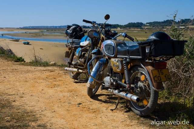 Muschelsucher-Mopeds in der Ria de Alvor, Alvor, Algarve, Portugal