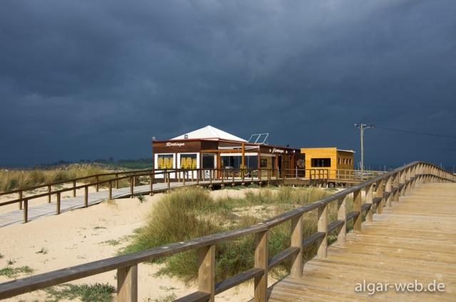 Strand und Ria de Alvor kurz vor dem Regen, Alvor, Algarve, Portugal
