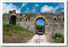 Stadtmauer Nikopolis - Suzuki NGV auf historischen Pfaden