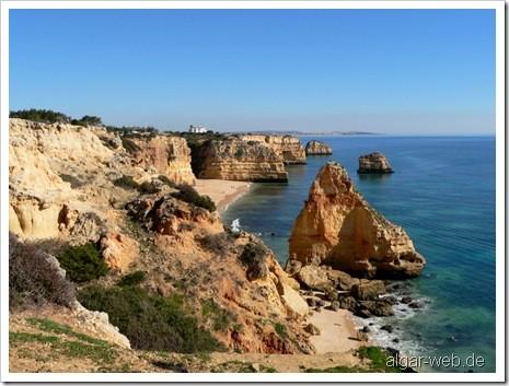 Blick auf Praia da Marinha, Felsalgarve, Portugal