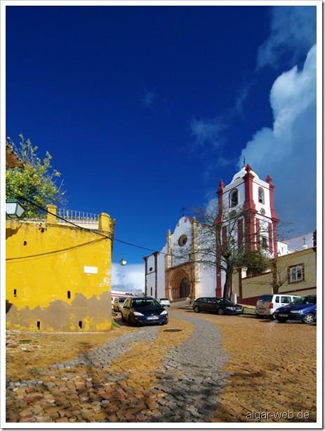Kathedrale in Silves, Algarve, nach einem winterlichen Regenschauer