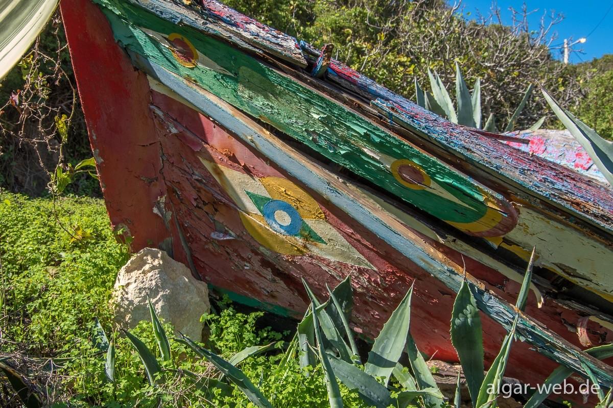 Altes Boot am Ortsrand von Benagil