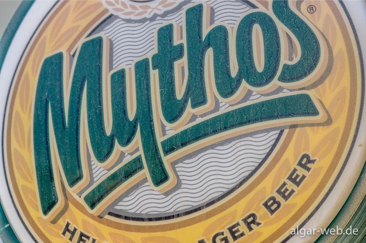 Mythos-Logo an einer griechischen Taverne