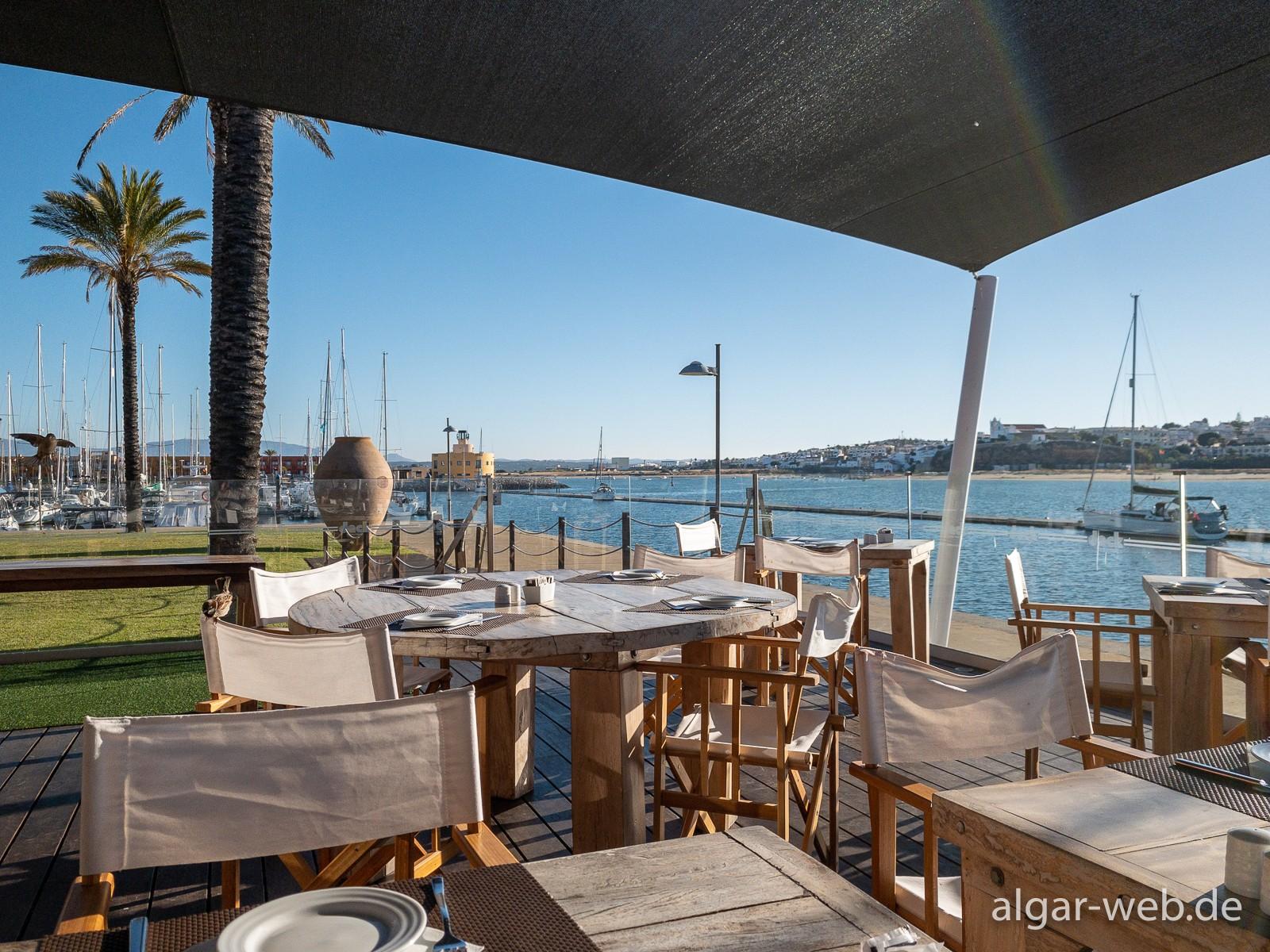 Hotel Tivoli Marina - Frühstücksterrasse am Fluss