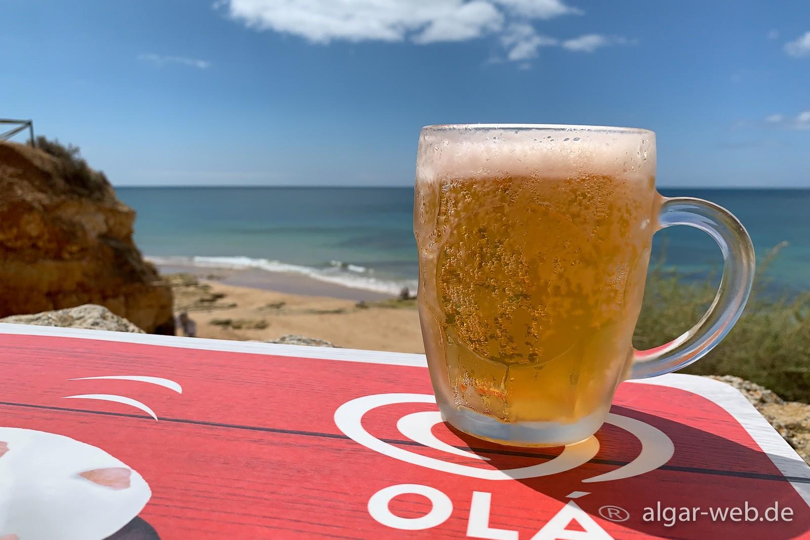 Stärkung bei fantastischem Ausblick - Pai Tomas am Praia do Vau