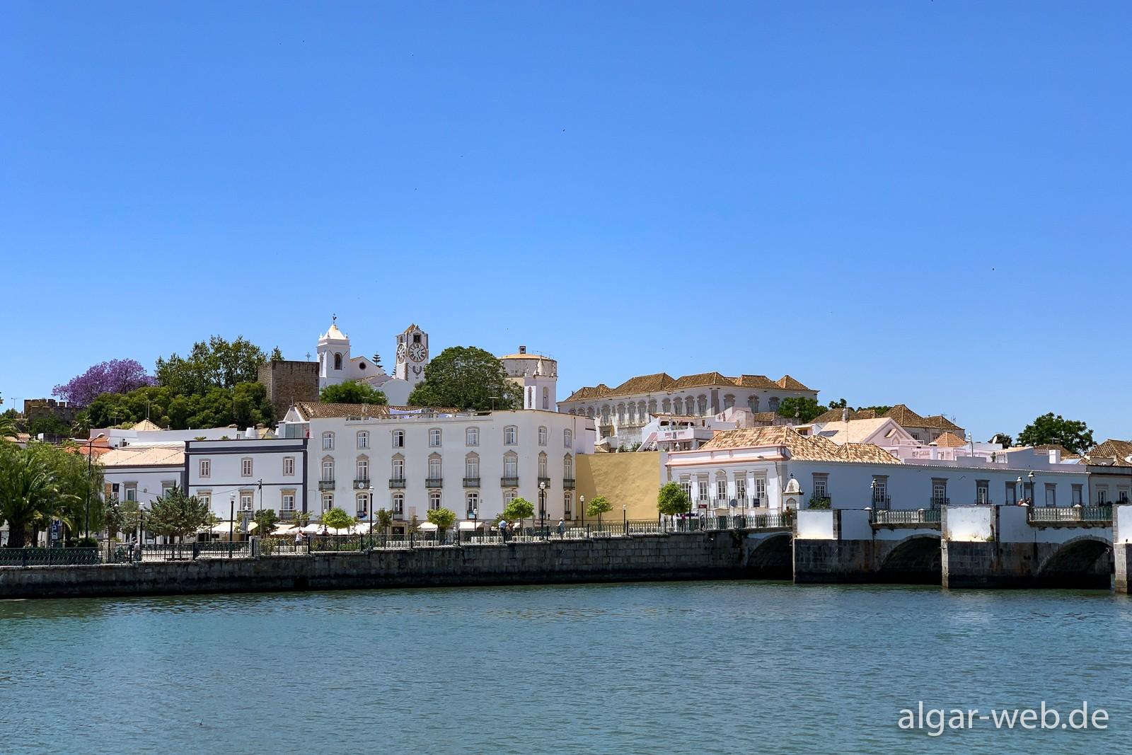 Tavira - Blick auf das westliche Flussufer und den Kirchenhügel